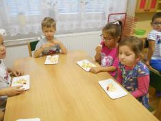 Činnosti dětí - ovocný salát